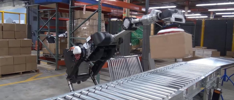 Новый робот Boston Dynamics научился выбирать и присасывать грузы