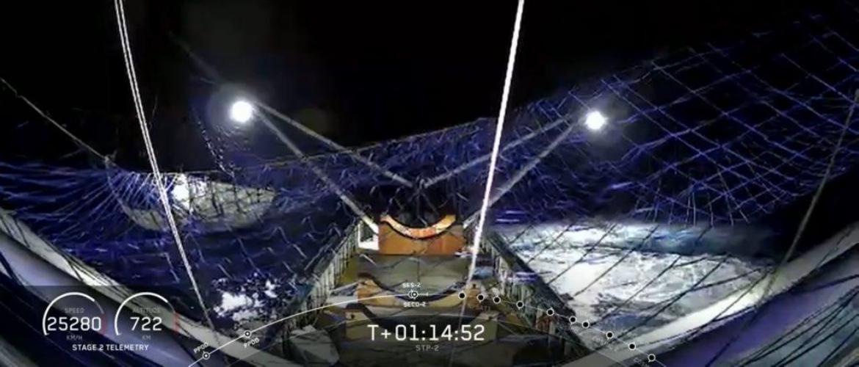 SpaceX впервые поймала в сеть половину головного обтекателя ракеты Falcon Heavy