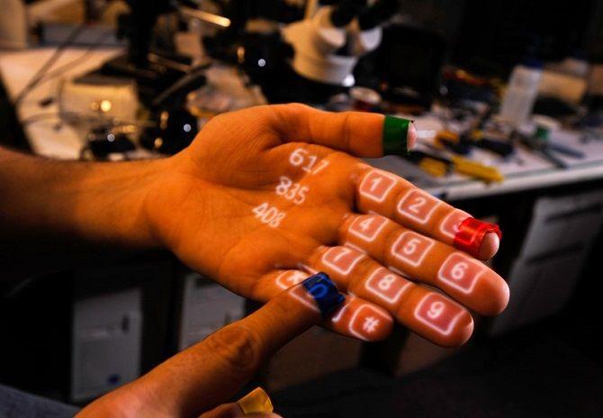 Смартфон-браслет з проекцією на руку