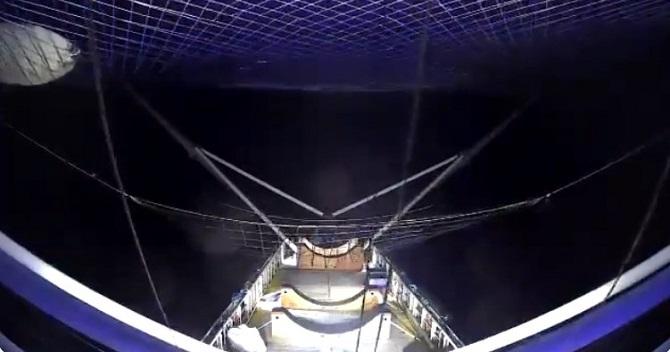 SpaceX показала відео повернення на Землю головного обтічника Falcon Heavy 1