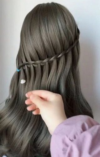 Simple and fashionable school hairstyles for teenage girls 13