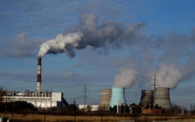 дым идет из заводской трубы