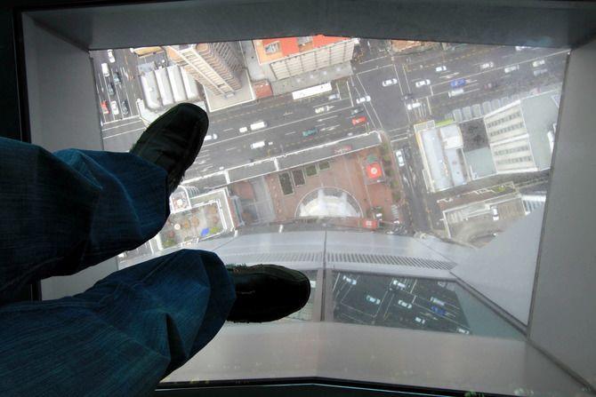 Стеклянный пол в лифте башни Скай-Тауэр
