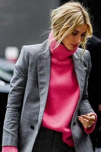 10 стильных вариантов, как носить вязаный свитер зимой 2020-2021 года 1