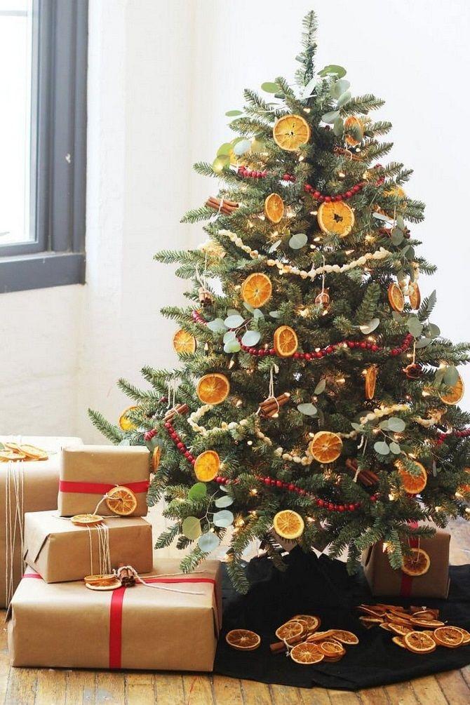 елка украшенная апельсинами