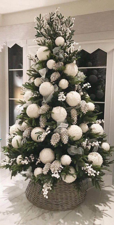 елка украшенная белыми шариками