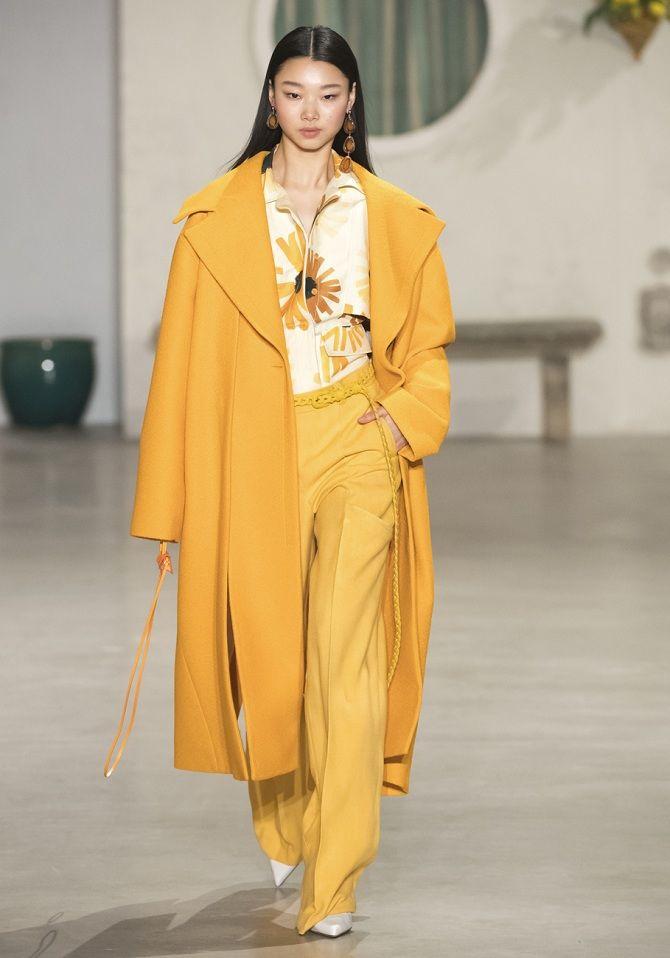 желтое длинное пальто