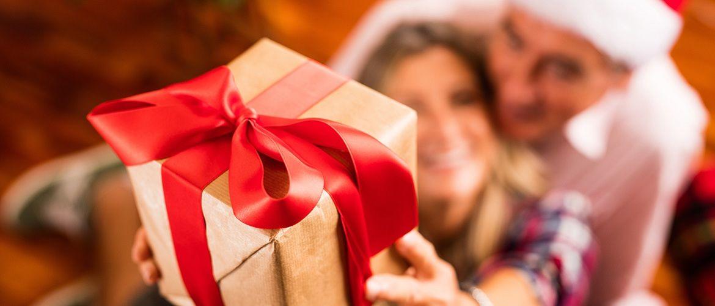 Для самых близких: креативные подарки родителям на Новый год 2021