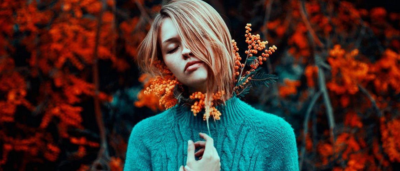 10 стильных вариантов, как носить вязаный свитер зимой 2020-2021 года