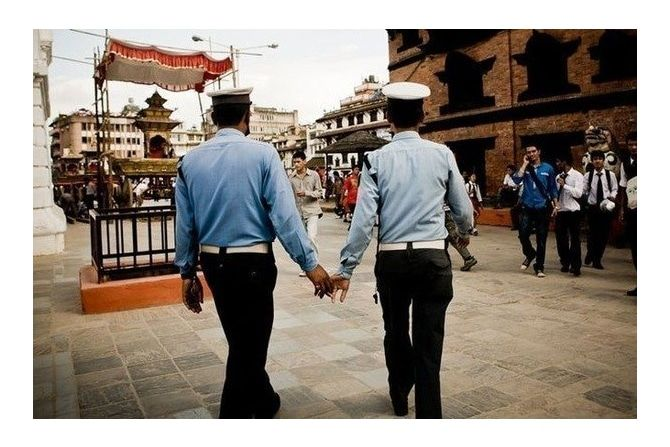 индийские полицейские держатся за руки