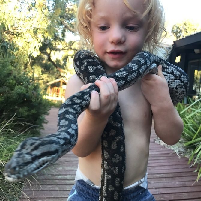 дитина зі змією