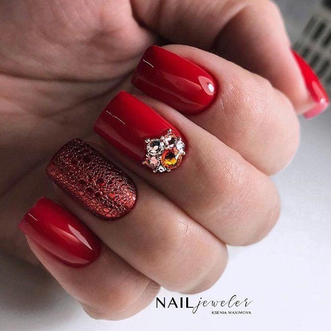червоний новорічний манікюр