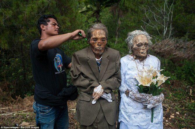 Мужчина причесывает покойного дедушку