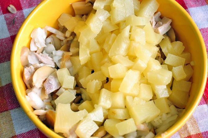 Салат з ананасами і грибами