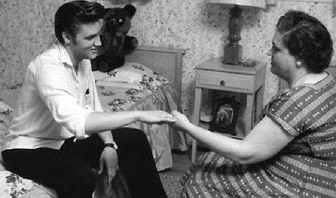 Елвіс Преслі з мамою
