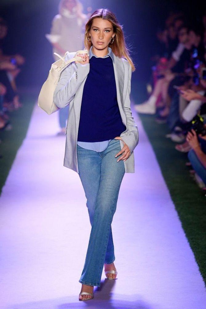 модель в джинсах
