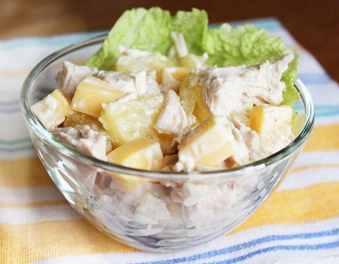 салат с ананасом и копченой курицей