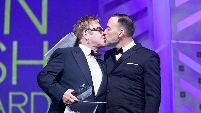 Элтон Джон целуется с мужем