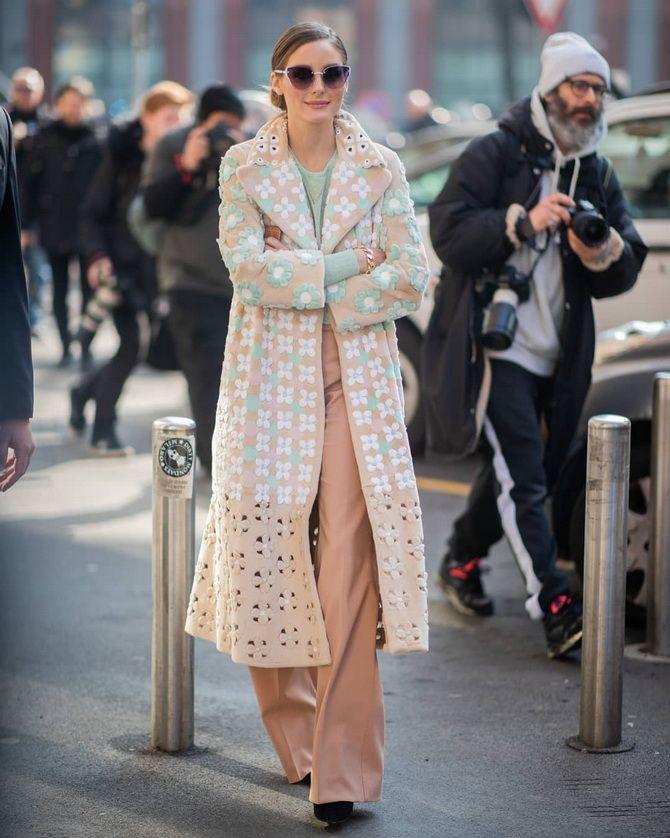 женское пальто с ярким принтом