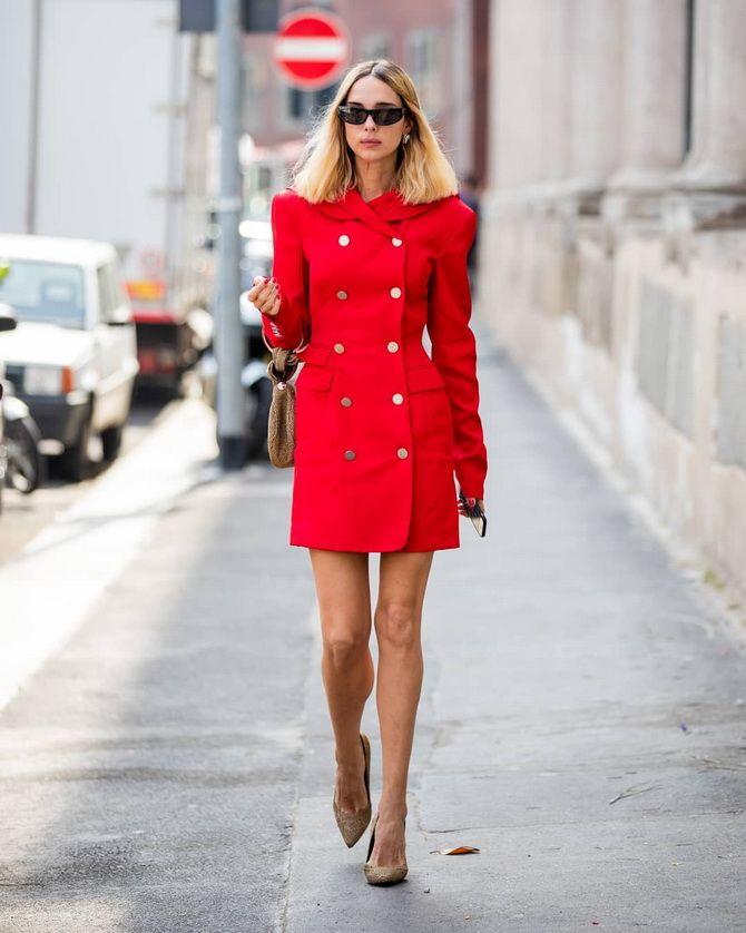 ярко красное пальто