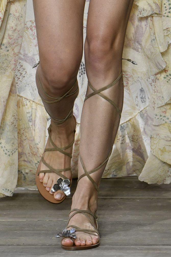Sandalen an den Seilen