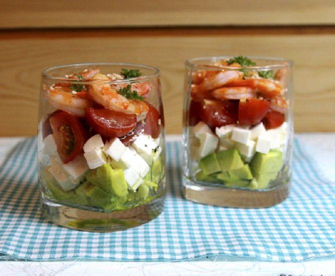салат с креветками и авокадо слоями