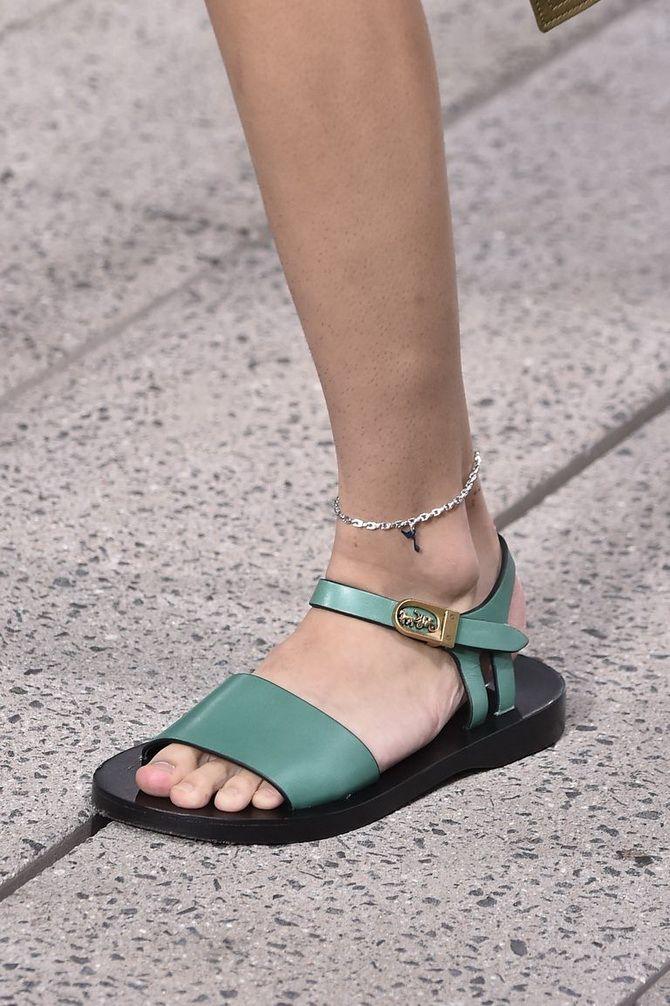 Bequeme Sandalen und Sandalen