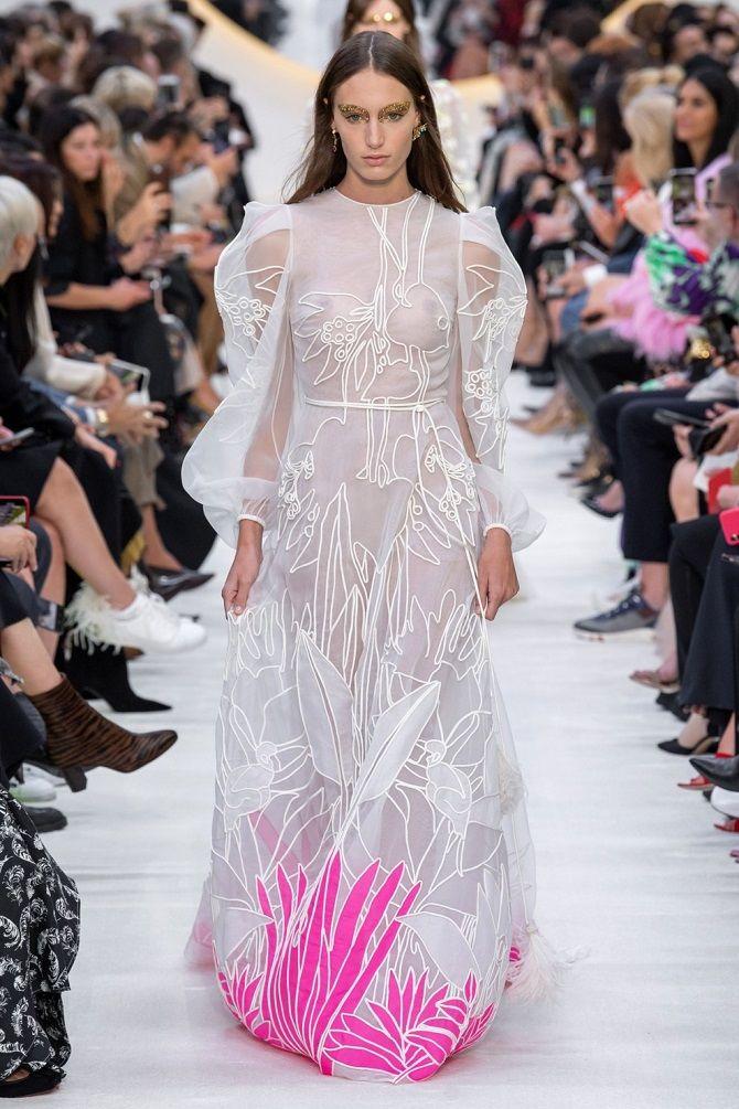 weißes Kleid auf dem Boden