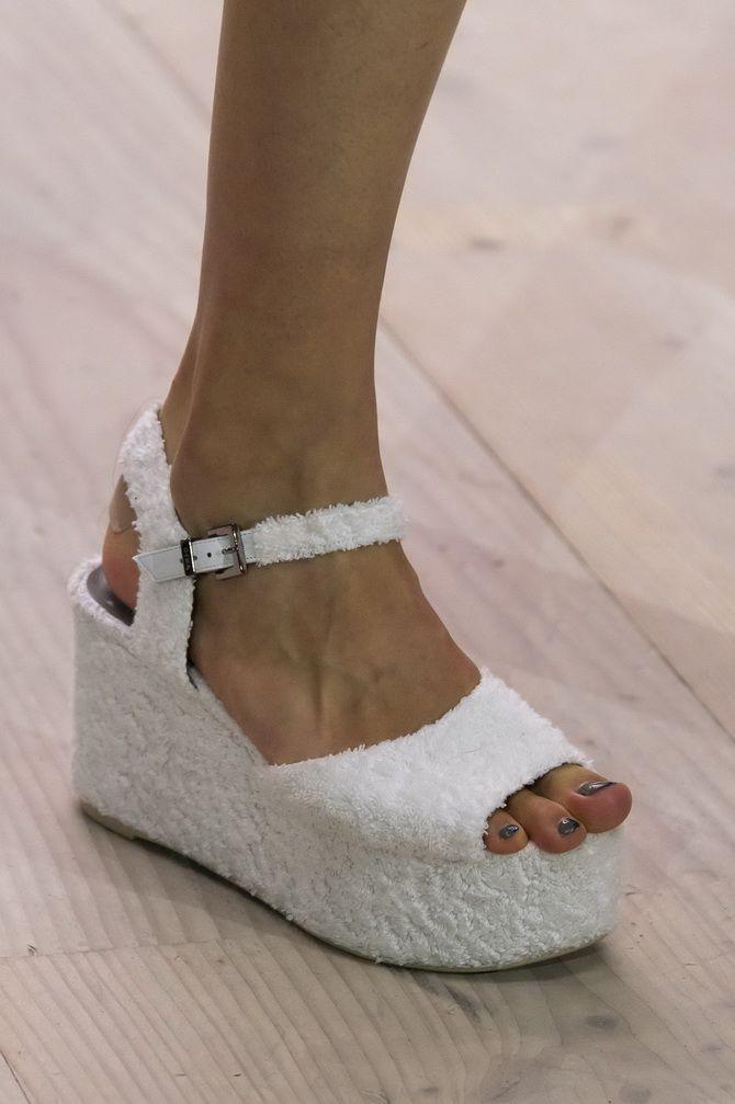 Sandalen auf einer massiven Plattform