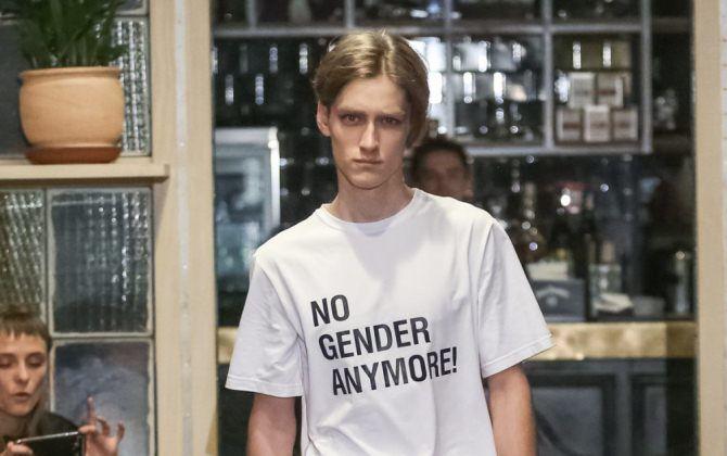 парень в белой футболке