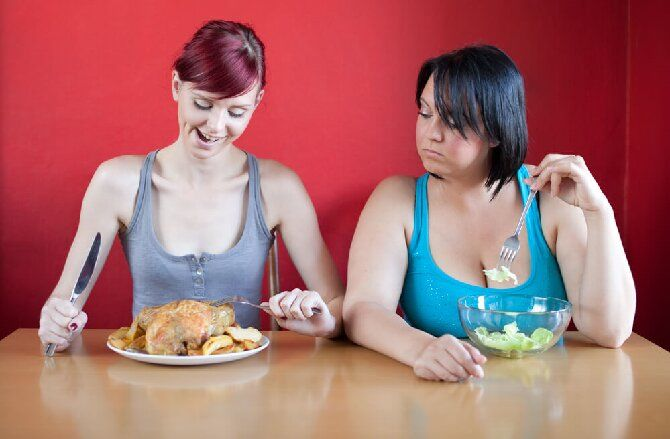 девушки кушают