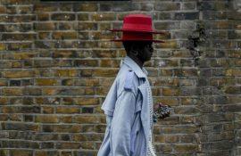 парень в странной шляпе