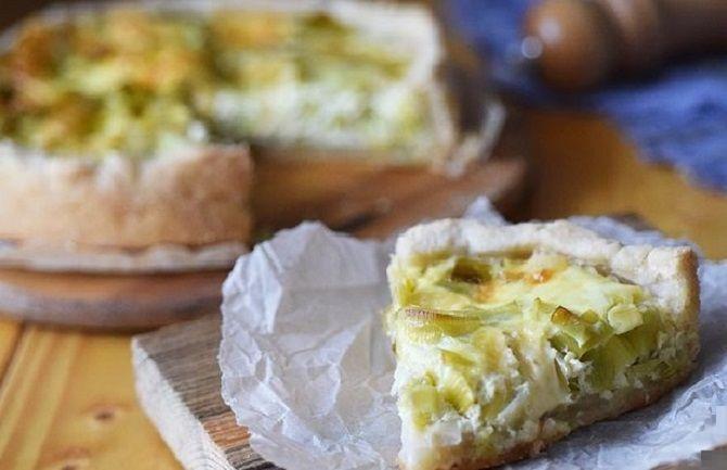 Відкритий пиріг з цибулею, яйцем і сиром