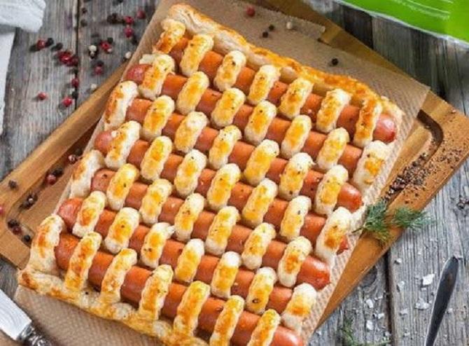 Слоеный пирог с сосисками