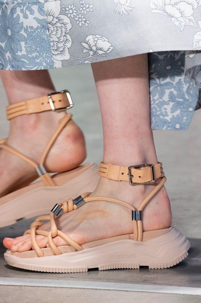 сандалии на низком каблуке
