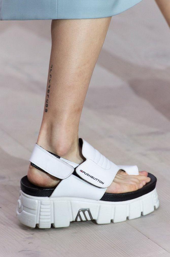 белые  сандалии на низком каблуке