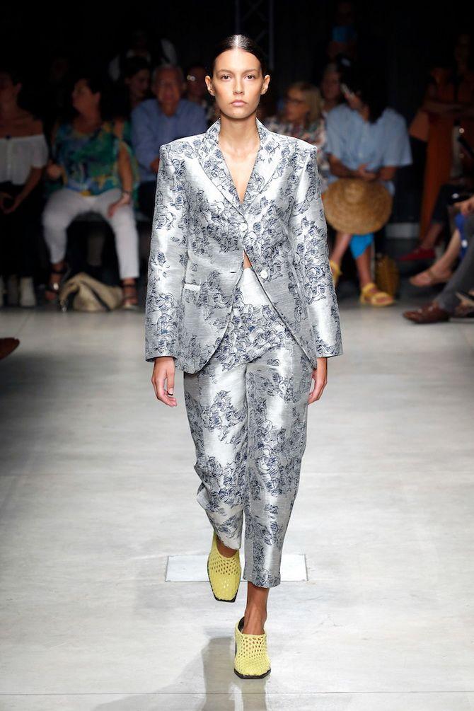 модный стильный женский костюм