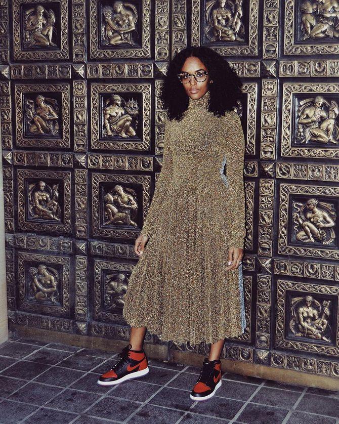 золоте плаття з кросівками