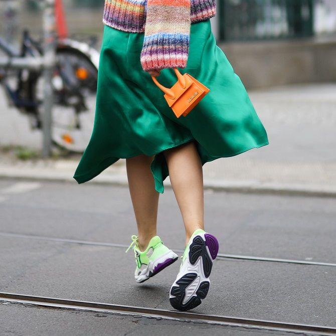 смарагндова спідниця з кросівками