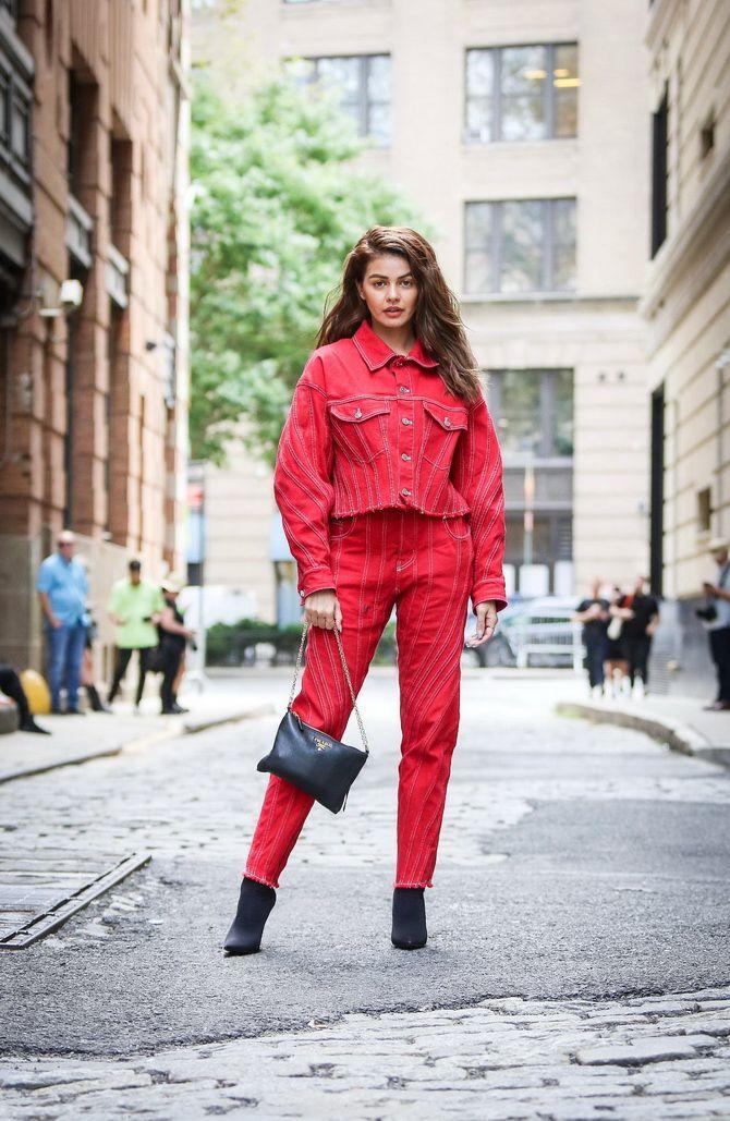красный костюм кэжуал