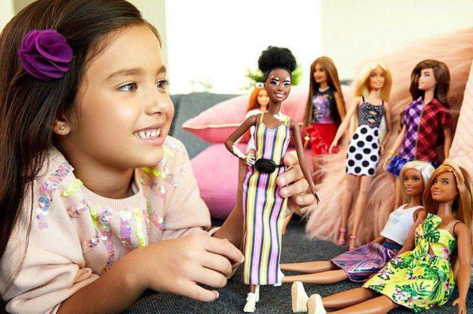 дівчинка з ляльками