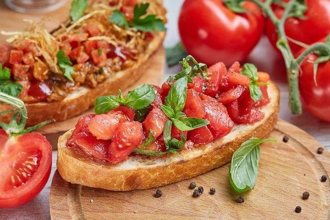 брускетта с помідорами