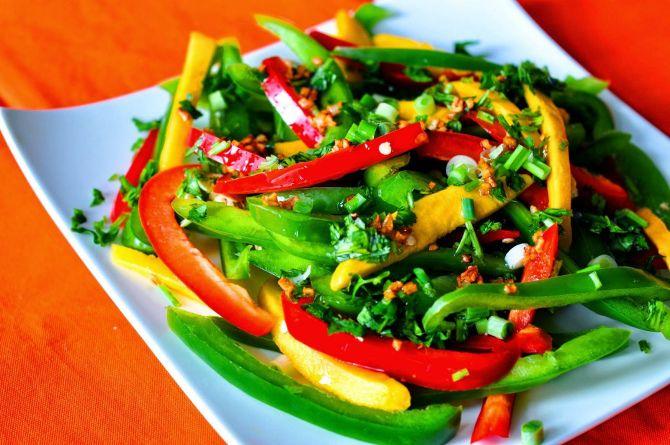 Витаминный салат с болгарским перцем и огурцами