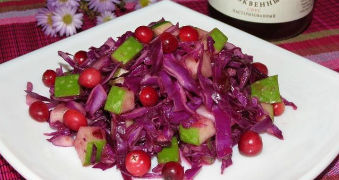 Зимний салат из краснокочанной капусты с клюквой