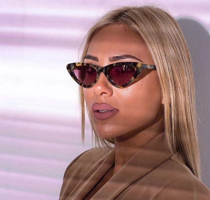 блондинка в солнечных очках