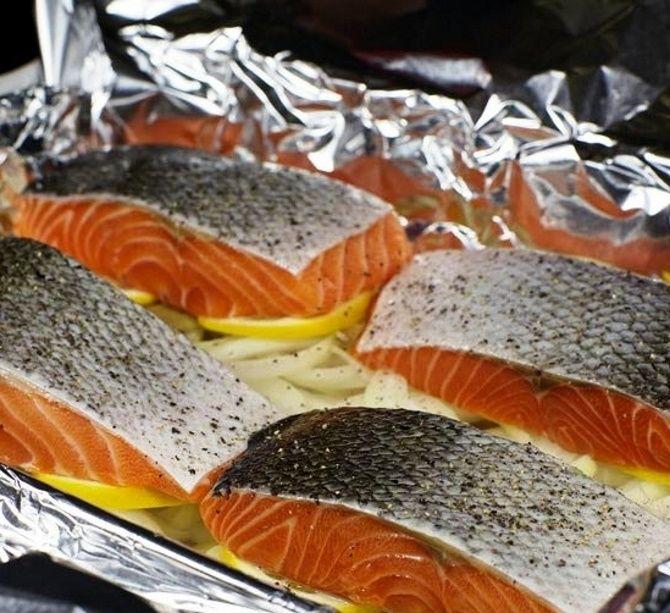 Червона риба, запечена в духовці з картоплею