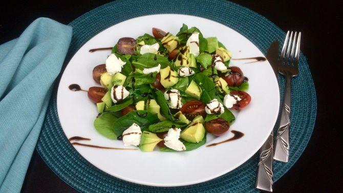 вегетарианский салат с сыром и авокадо