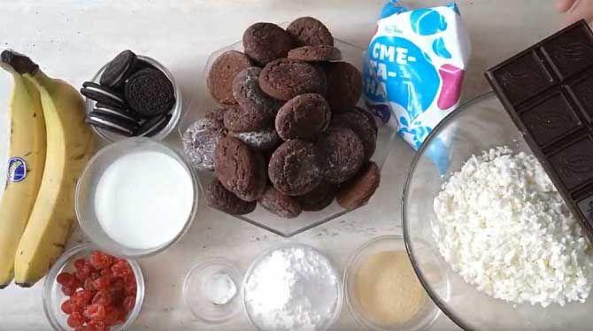 Kuchen aus Keksen und Quark mit Bananen und Saure Sahne(oder Schmand)