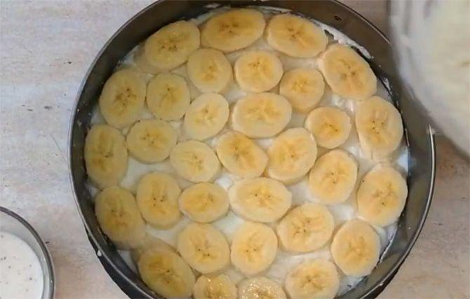 Kuchen aus Keksen und Quark mit Bananen