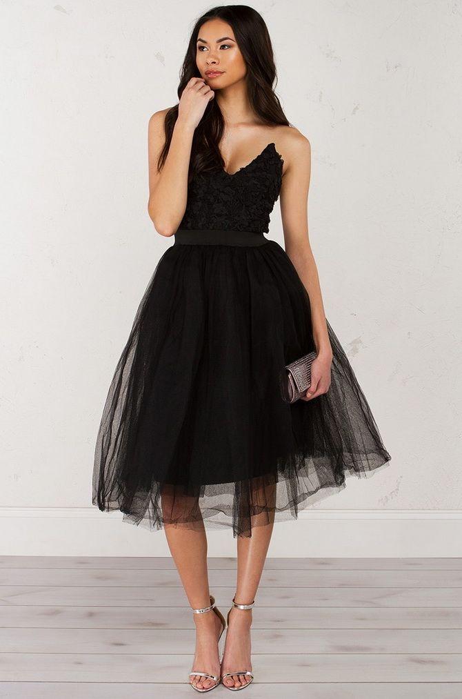 коротких черных платьях